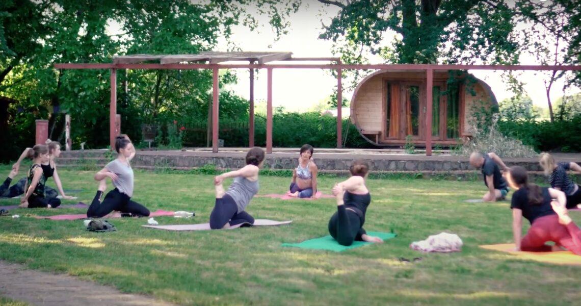 """Heute erforschen wir gemeinsam ausführlich das Thema """"Pranayama"""", und was die alte Yoga-Atemtechnik mit unserer gesunden Wirbelsäule zu tun hat. Prana – die Lebensenergie Im Zusammenhang mit Yoga und Pranayama bistDu höchstwahrscheinlich auch dem Wort """"Prana"""" begegnet. Prana ist nichts Anderes als Lebensenergie. Ohne sie hätten wir nicht mal unseren Arm oder unser Bein heben […]"""